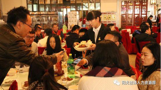 敦煌人在北京论坛参会者觥筹交错享受美食