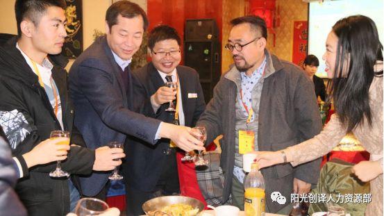敦煌人在北京论坛参会者觥筹交错享受美食并碰杯祝贺